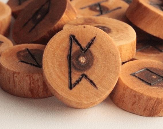 Руна Перт: значение символа, сочетание с другими рунами в раскладе
